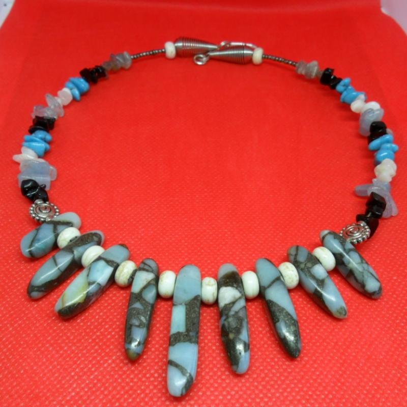 "white, gray and blue  ""cloud reflections on the lake"" torque necklace - photo détail"